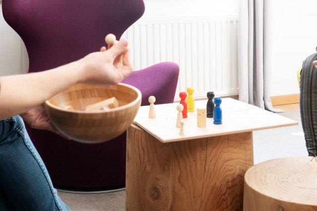 Spielfiguren eines Brettspiels in der Therapiesitzung